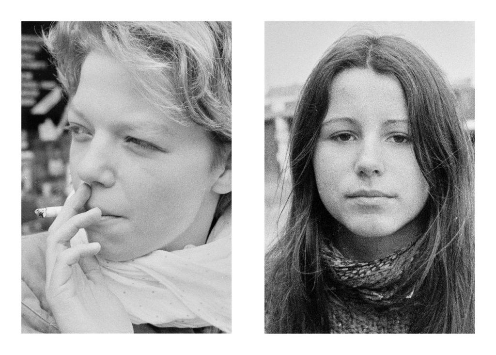 Ein Mädchen der 80er Jahre mit Zigarette und eines, das direkt in die Kamera blickt.